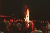 Bên ngọn lửa đỏ